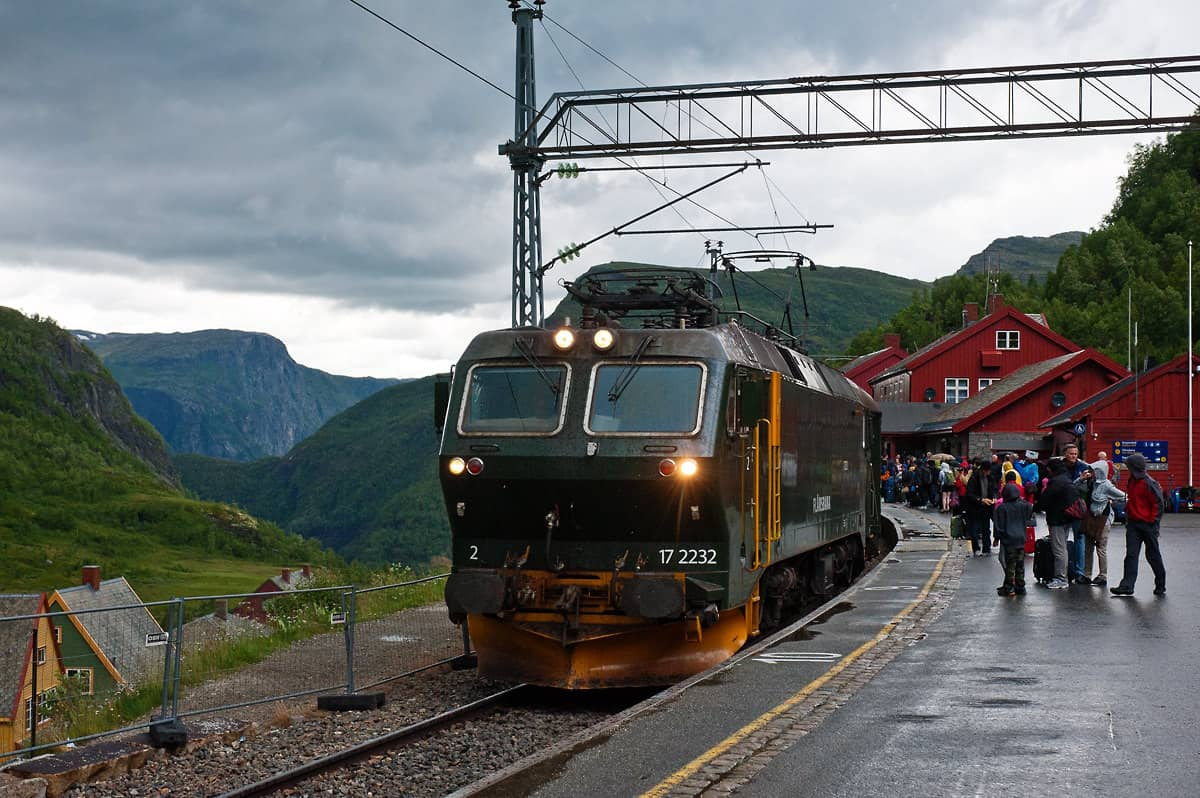 The train from Flåm has arrived at Myrdal and will be ready for the return journey in a couple of minutes.
