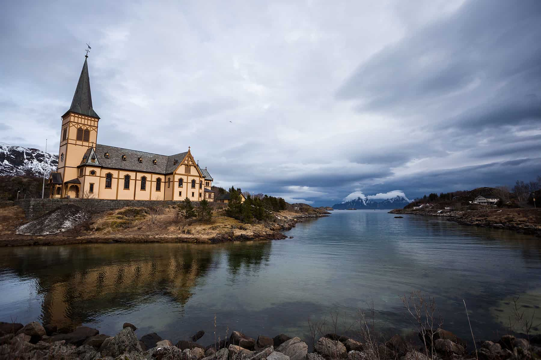 The main attraction of Kabelvåg is the picturesque Lofoten cathedral.