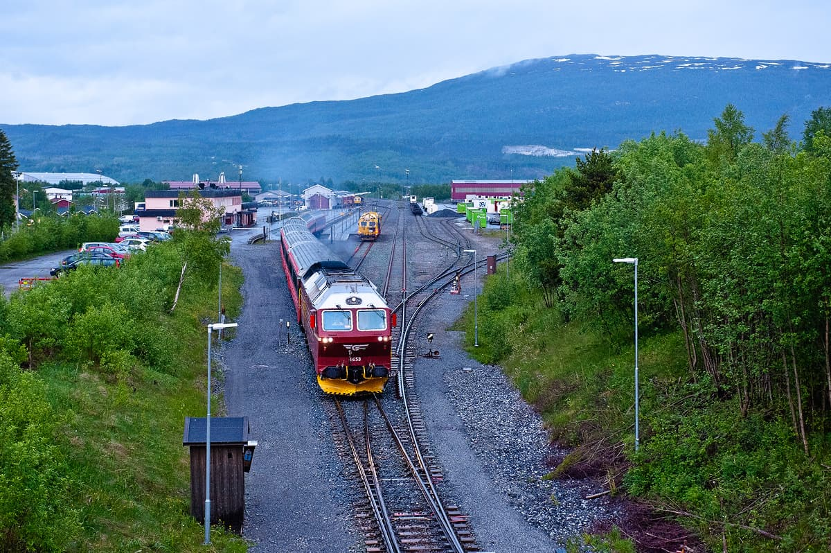 The passengers from the bus continue their journey with the night train to Trondheim.