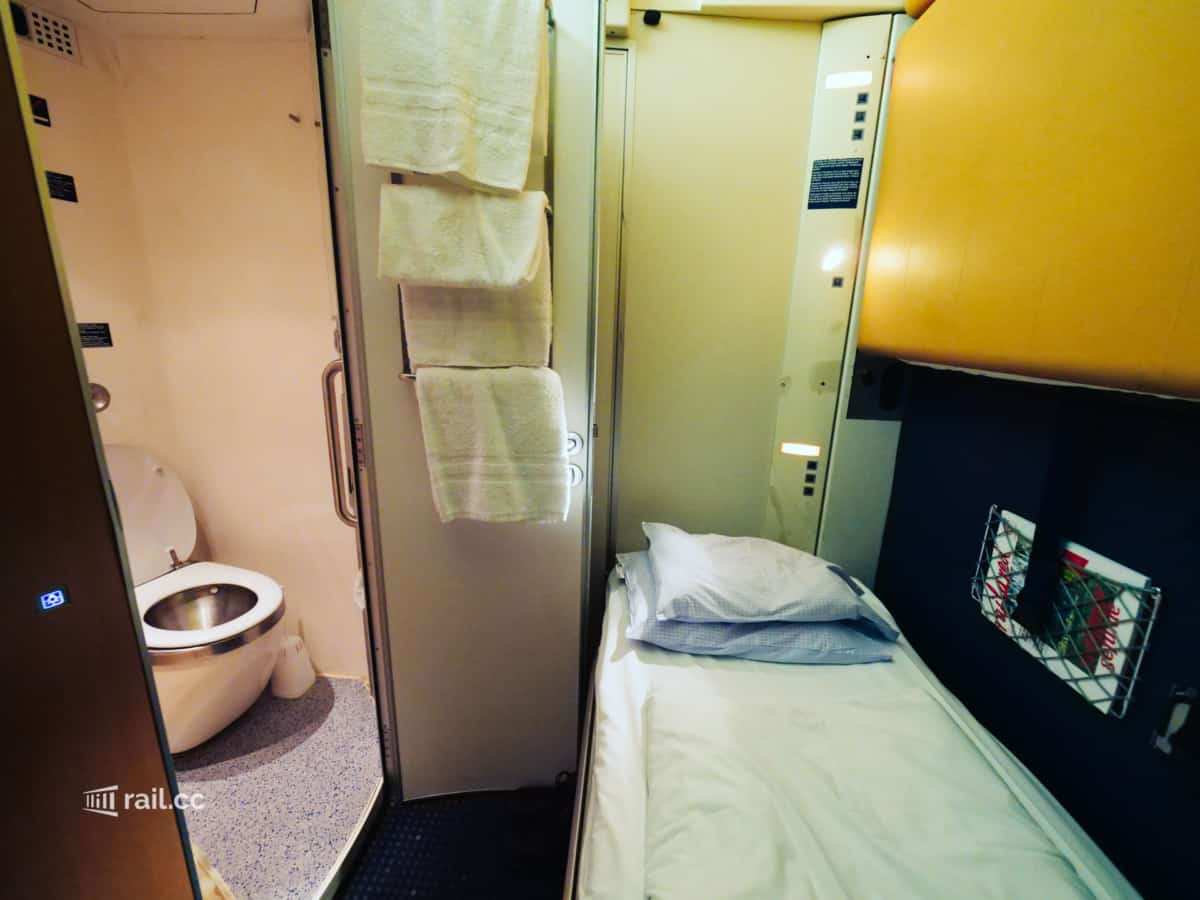 Sleeper compartment with private bath in the Nightjet