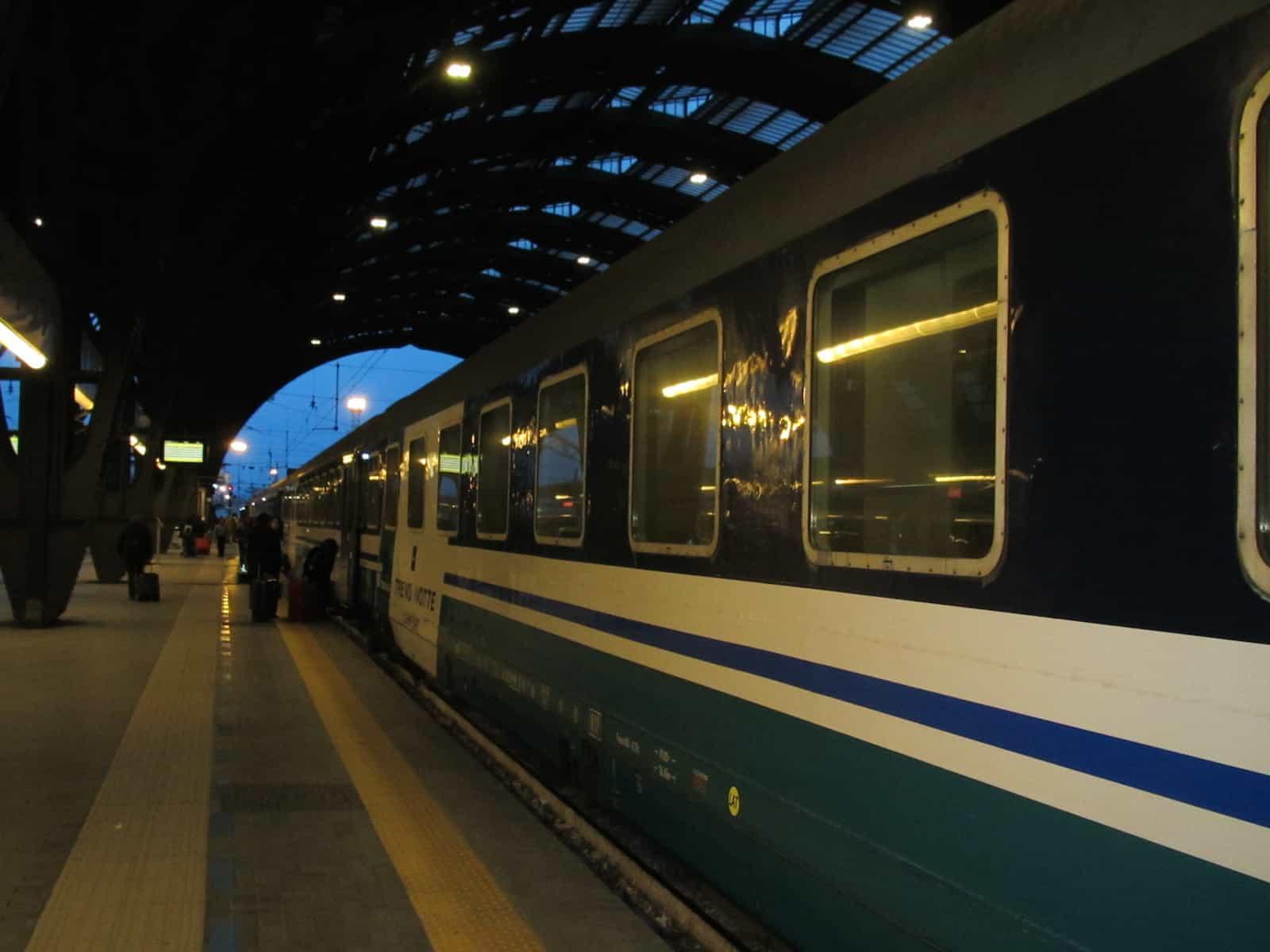 Kurz vor acht Uhr steht der Nachtzug am Gleis bereit