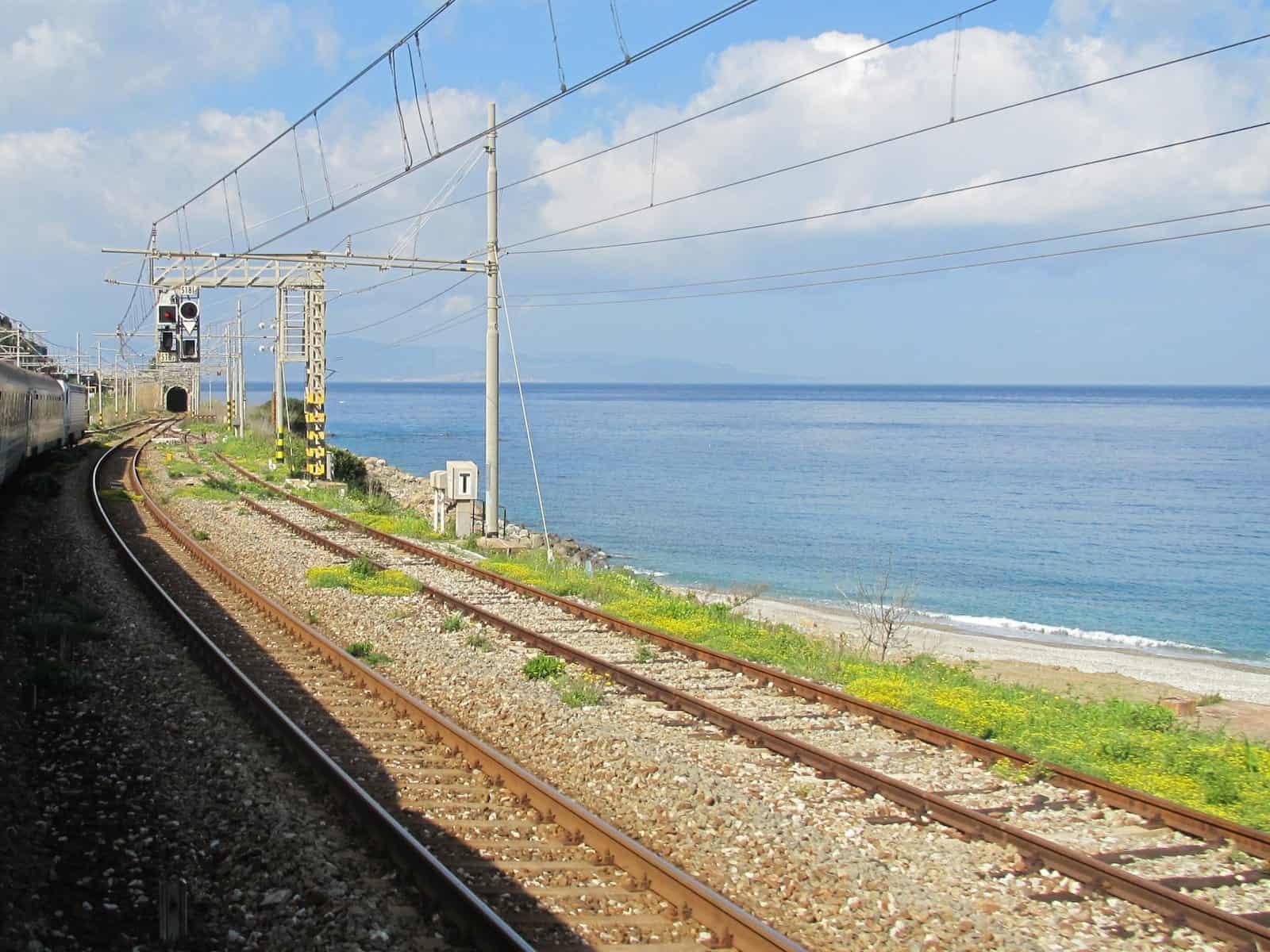 Die Strecke verläuft direkt am Mittelmeer