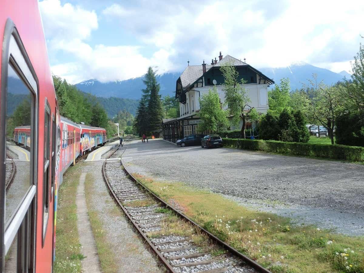 Zug nach Jesenice hält am Lake Bled (Bled Jezero)