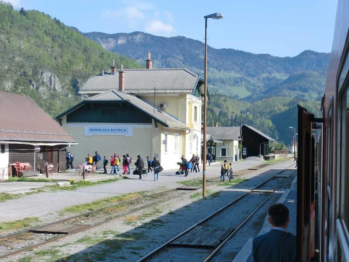 Wanderer steigen in Bohinjska Bistrica aus dem Zug