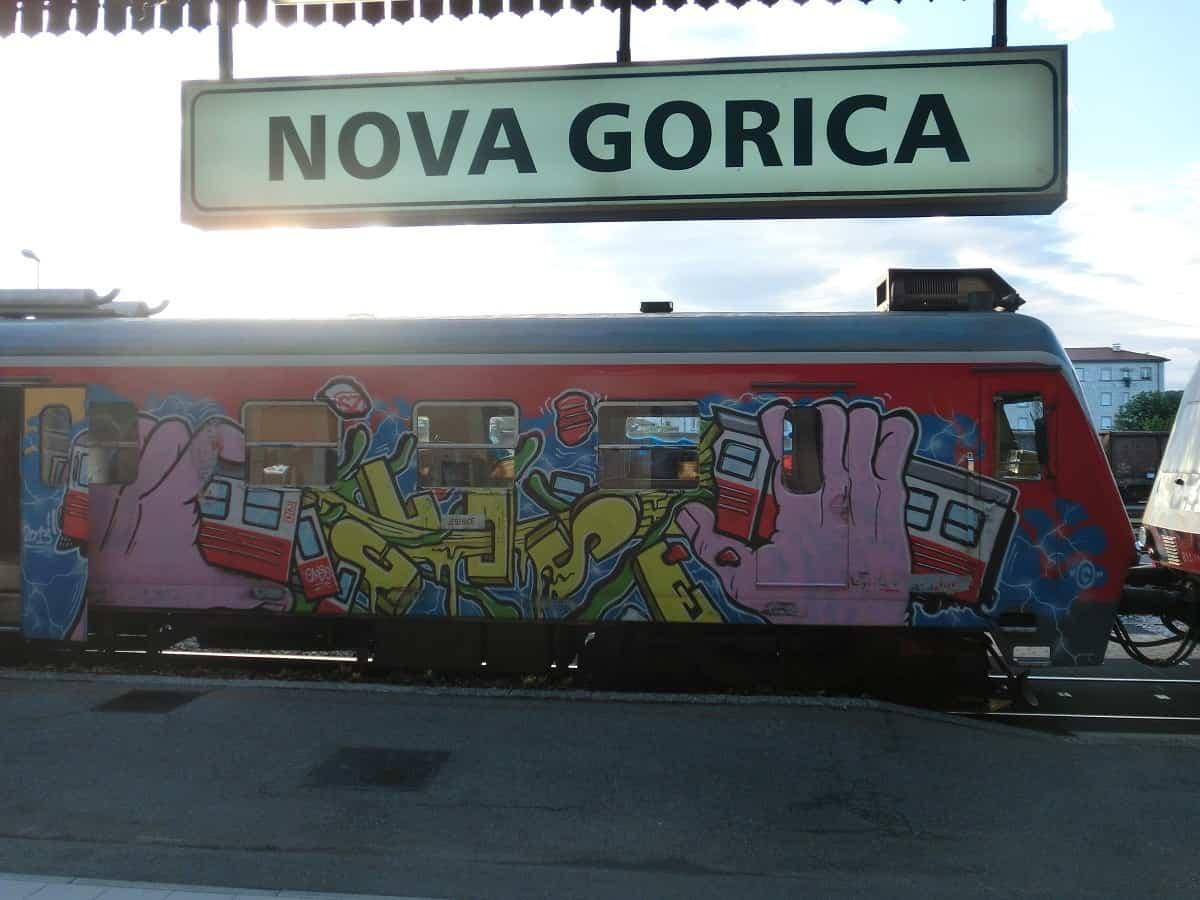Bahnsteig in Nova Gorica mit Zug nach Jesenice