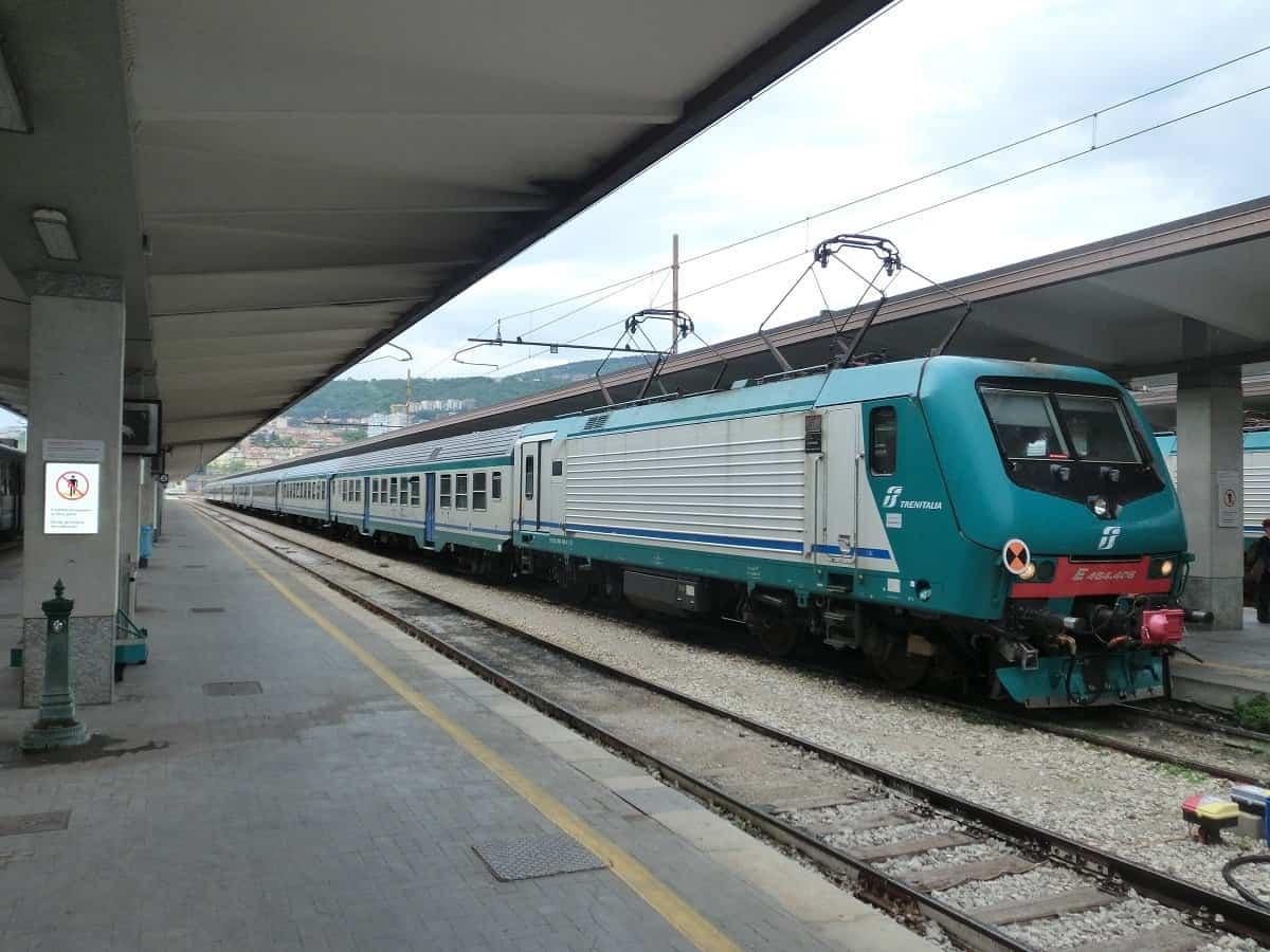 Zug nach Venedig im Bahnhof Trieste