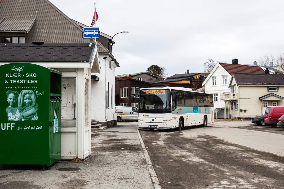 Die Bushaltestelle in Kabelvåg.