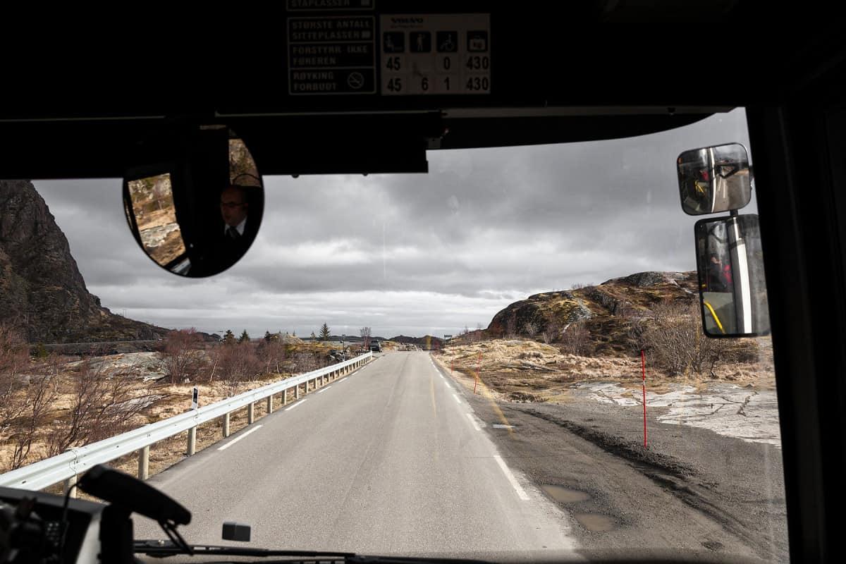 Die Busfahrt nach Henningsvær bereitet einem schon wegen der Blicke auf die wunderschöne Landschaft Freude.