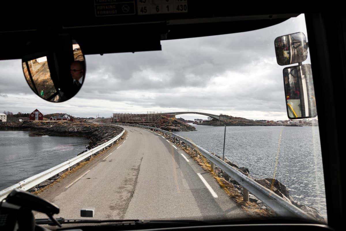 Die kleinen Inseln sind durch gebogene Brücken miteinander verbunden.