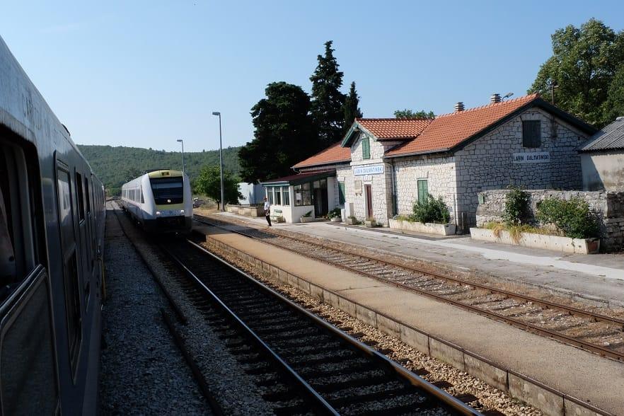 Bahnhof Labin mit Zug nach Zagreb