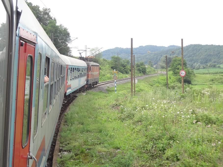 Zug Zagreb-Sarajevo kurz nach der kroatisch-bosnischen Grenze