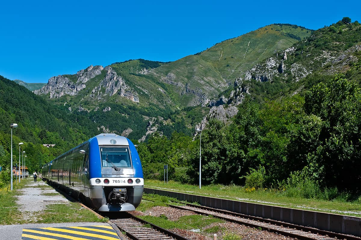 Alpenpanorama am Bahnhof Tende.