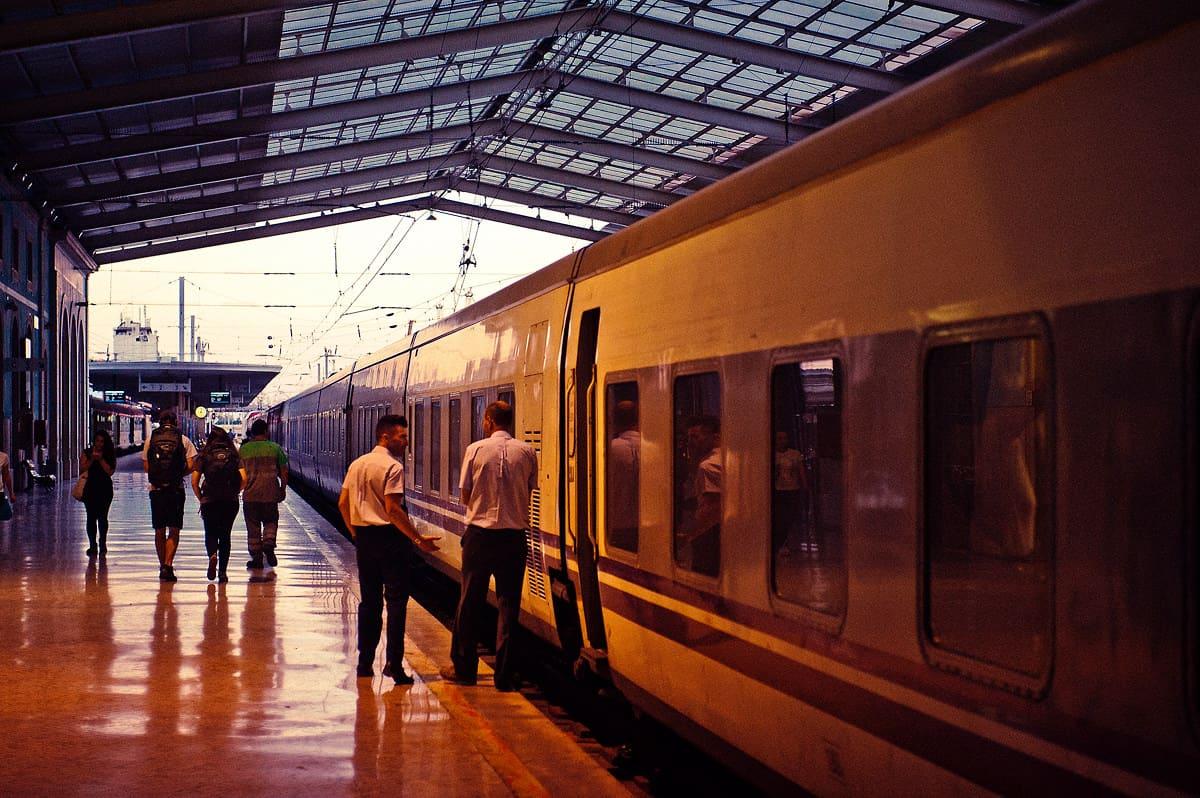 Der Nachtzug nach Madrid und Irun steht an einem lauen Sommerabend am Bahnhof Lisboa Santa Apolonia.