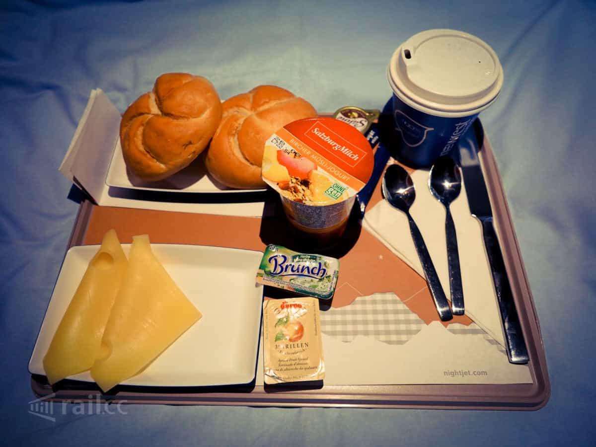 Frühstück im Nighjet Schlafwagen