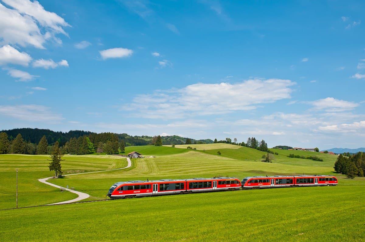 Eine Regionalbahn unterwegs durch die wunderschöne Landschaft des Allgäu bei Weizern-Hopferau.