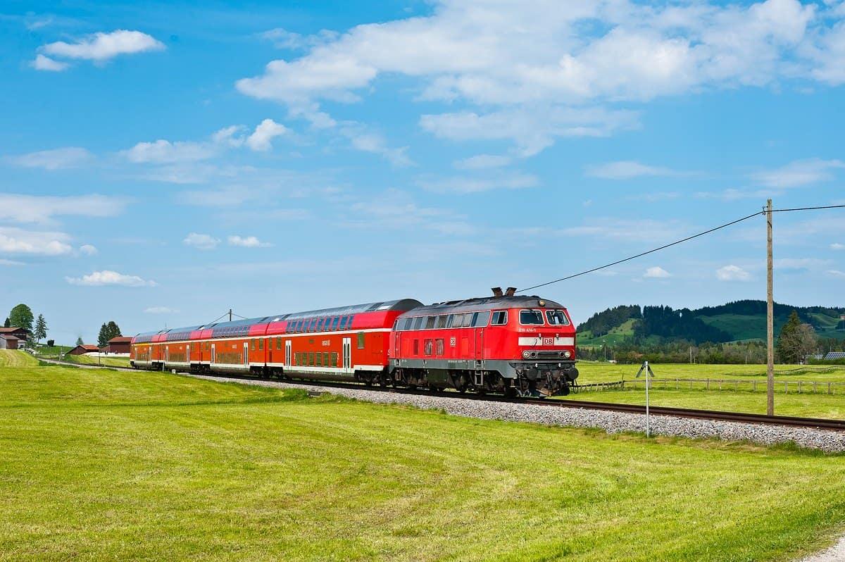 Ein Regionalexpress mit Doppelstockwagen auf dem Weg von München nach Füssen.