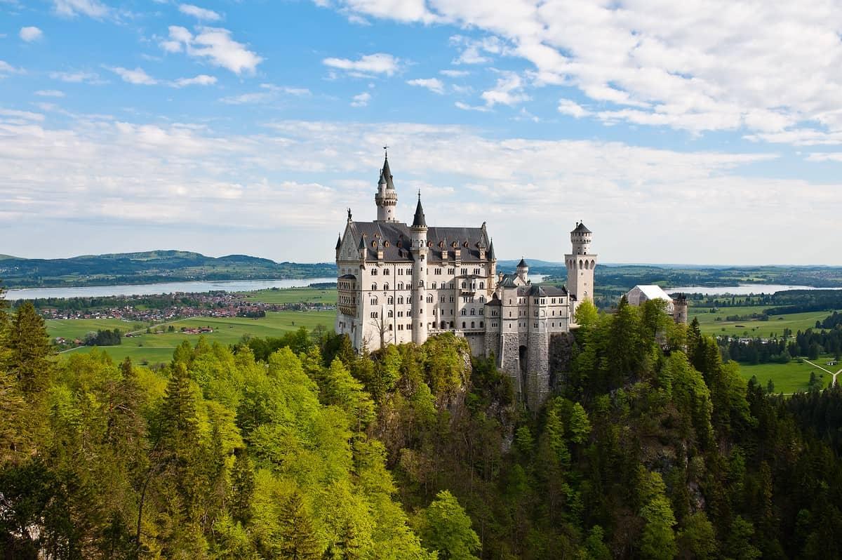 Der berühmte Blick auf Schloss Neuschwanstein von der Marienbrücke.