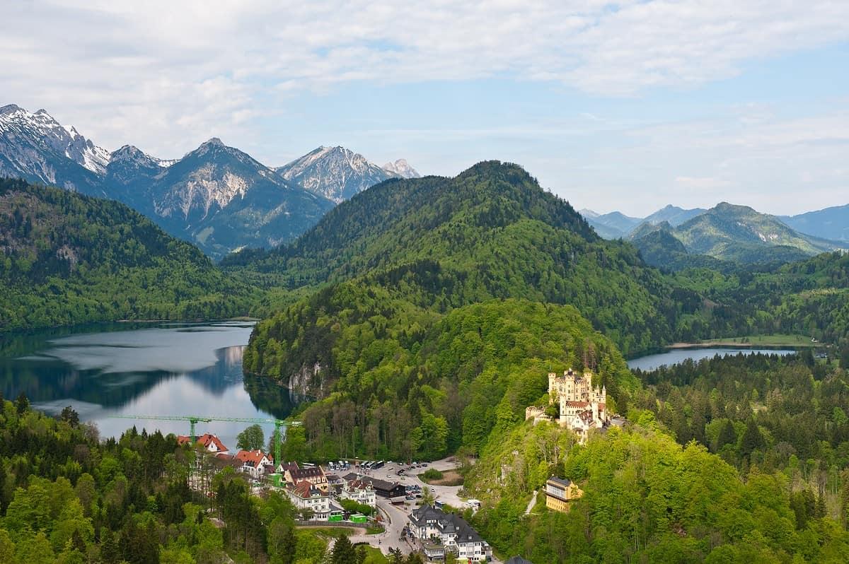 Ausblick über Schloss Hohenschwangau, Alpsee und Schwansee.