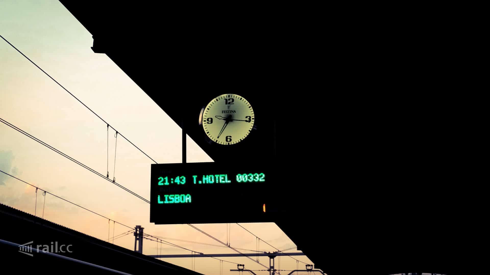 Der Trenotel Nachtzug in Richtung Lissabon steht abfahrbereit auf Gleis 12 des Bahnhofs Madrid-Chamartin.