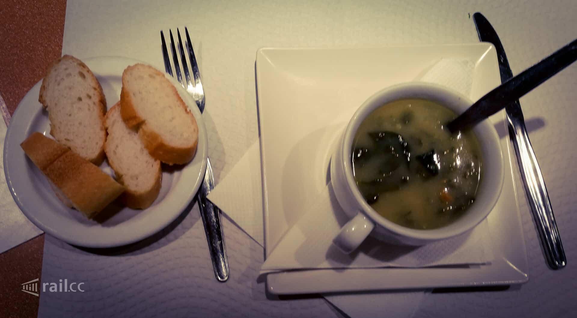 Die Vorsuppe im Speisewagen des Trenhotel nach Lissabon.
