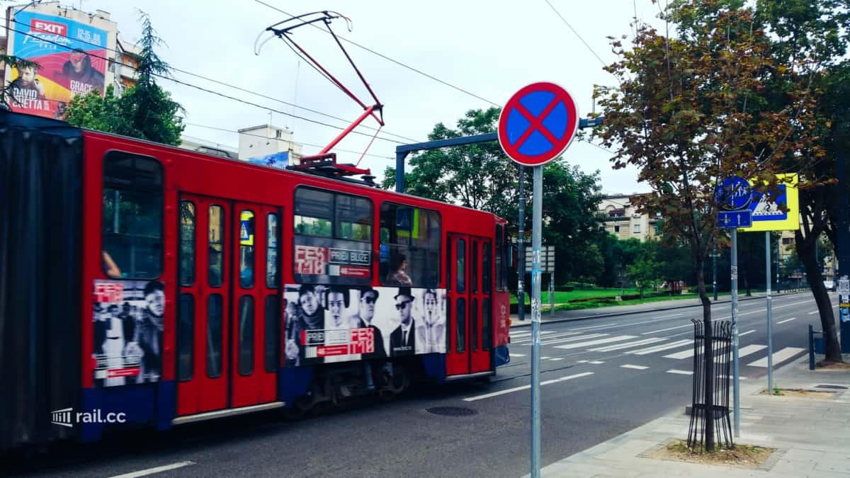 Die Straßenbahn von Belgrad fährt direkt vor dem alten Hauptbahnhof